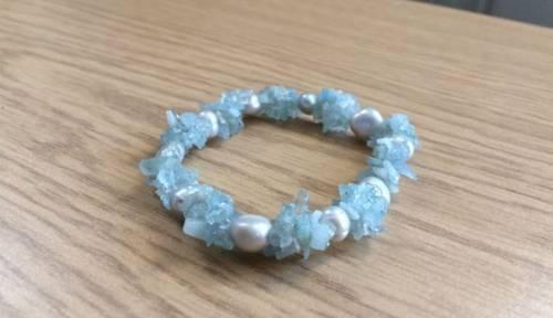 Bracelet élastique vert pâle perles de culture