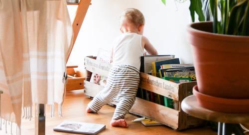 Un bébé dans un salon