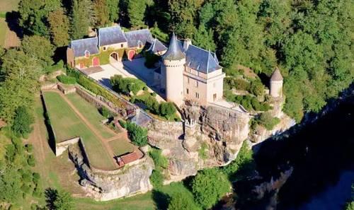 Vue d'un chateau situé à Montignac