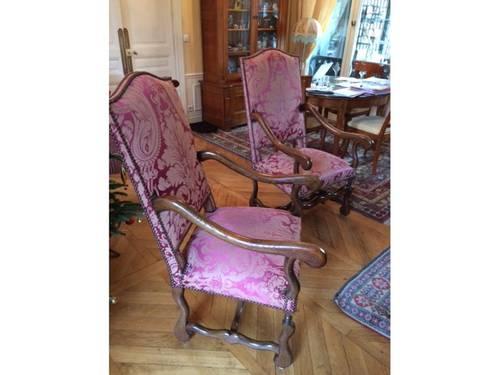 Une paire de fauteuils Louis XIII en chêne tapisserie rouge et beige