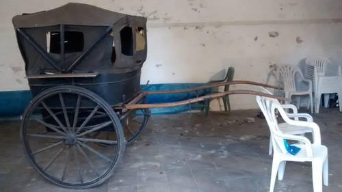 Vends voiture à 1cheval ancienne (buggy), sièges capitonnés, capote