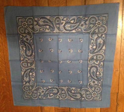 Bandana vintage (années 70) en coton bleu motifs blancs et noirs