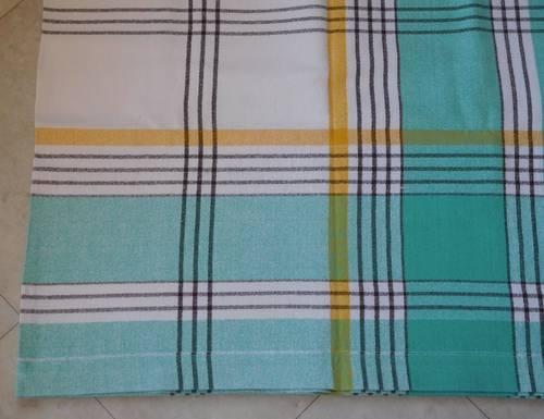 Nappe rectangulaire verte et blanche et serviettes