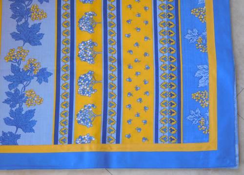 Nappe rectangulaire jaune et bleue et serviettes