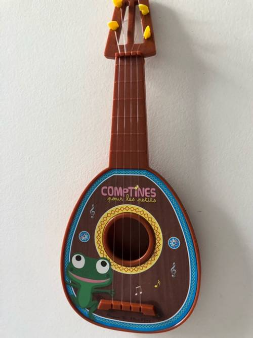 1ère petite guitare style Banjo