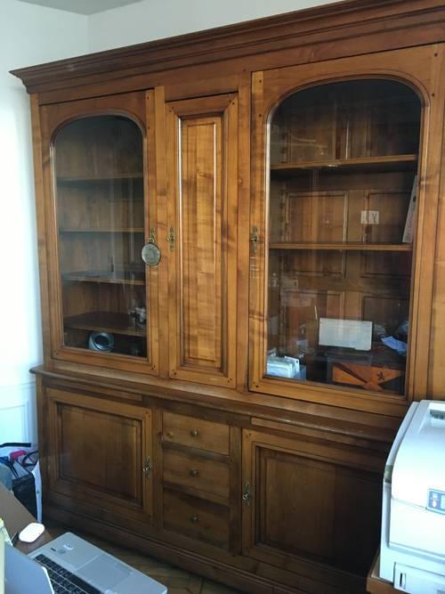 Bibliothèque merisier, vitrines et tiroirs