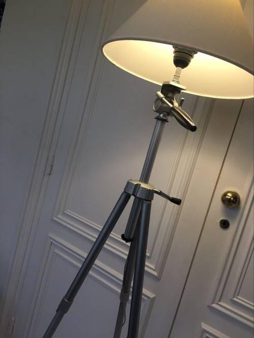 Grand lampadaire créé sur 1ancien trépied photo métal