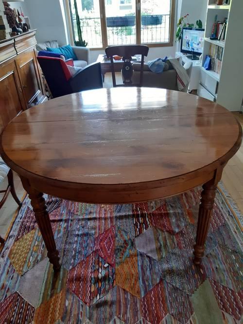 Vends table ronde en merisier massif avec 5chaises