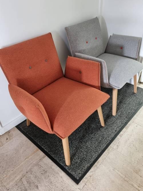 4beaux fauteuils récents, orange et gris