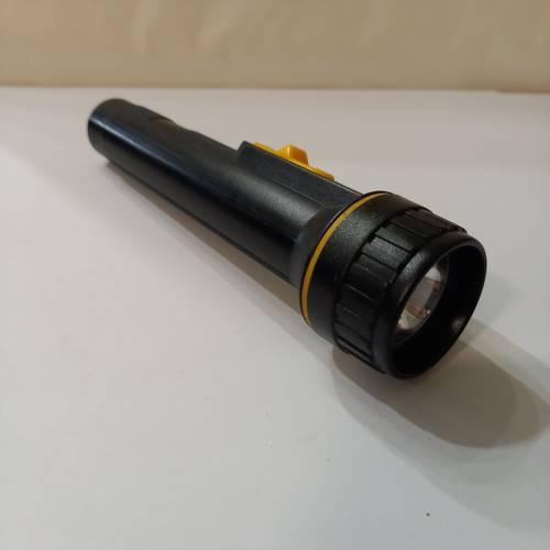 Lampe torche manuelle à piles, noire