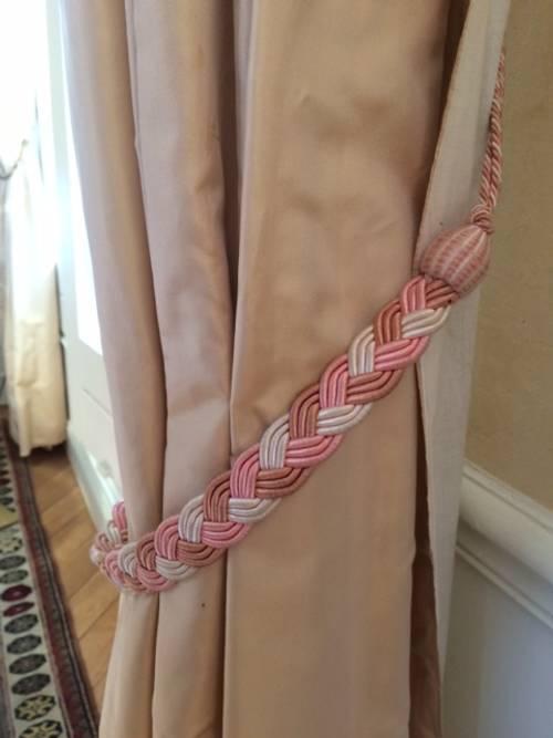 Paire d'embrases pour rideaux: tresse satinée rose chair et blanc