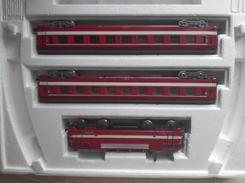 Vends train électrique rouge, locomotive + 2wagons
