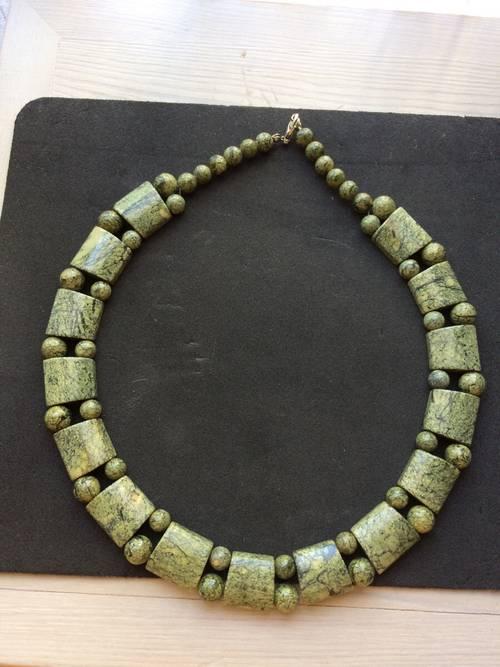 Très beau collier Art Deco en pierres vertes