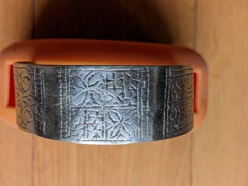Beau bracelet artisanal demi-jonc à fleurs ciselées argent