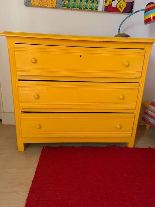 Commode en bois 3tiroirs peinte en jaune chaleureux