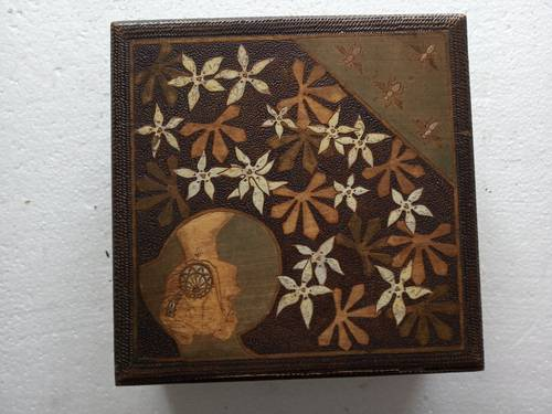 Boîte ancienne en bois Mucha
