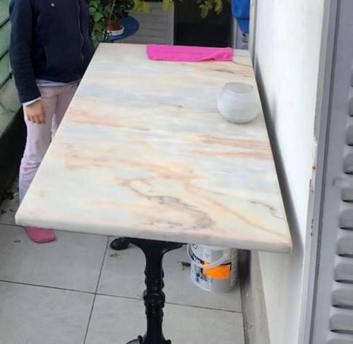 Table bistrot en marbre et pieds en fer forgé