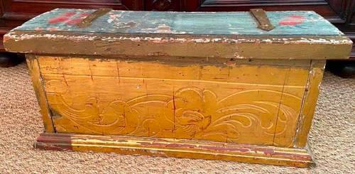 Rare coffre d'époque Louis XV en bois sculpté doré & polychromé XVIIIe