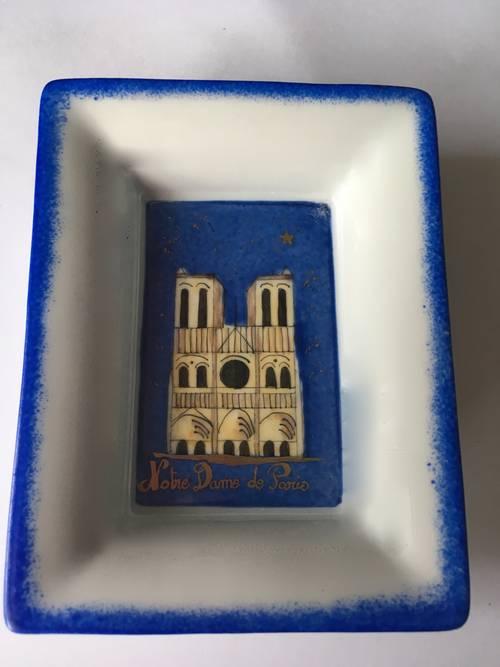 Objets dédiés à Notre Dame de Paris en soutien à la restauration