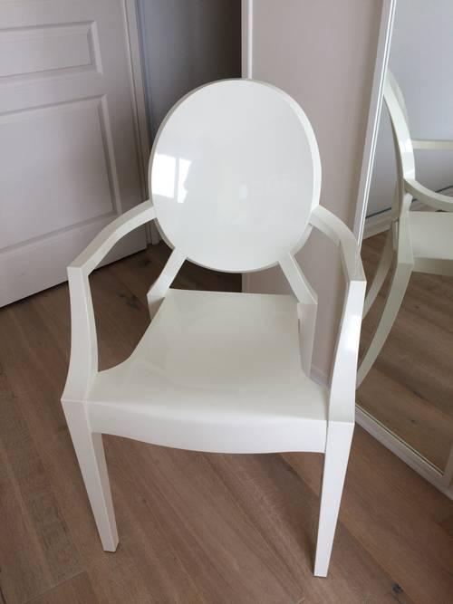 Une paire de fauteuils design kartell