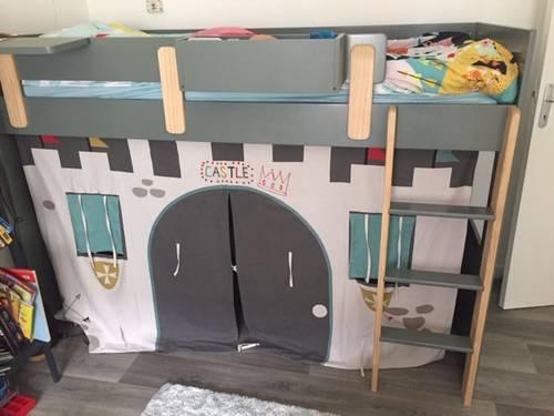 Lit mezzanine Vertbaudet avec tente de lit