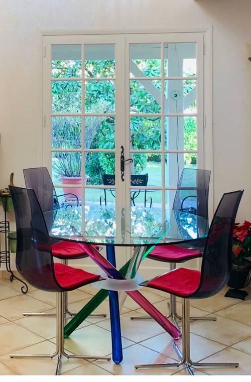 Table en verre d'un designer avec ses 4chaises