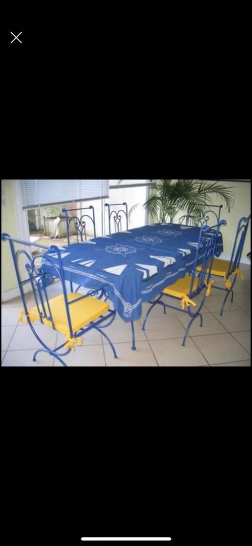 Chaises et pied de table