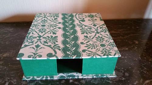 Boite en cartonnage et tissus vert et blanc 26,5x 27x 7cm