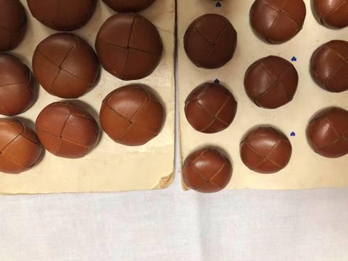 Vends boutons marrons en cuir mat deux tailles