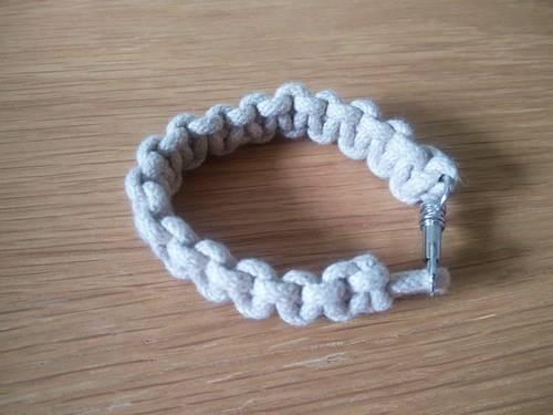 Bracelet ou porté clés neuf beige