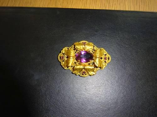 Broche ancienne plaqué or avec pierre violette