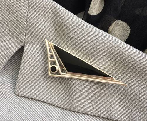 Broche triangulaire en onyx et argent