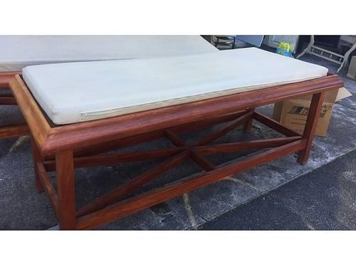 Vends table de soin en bois exotique massif avec matelas plastifié