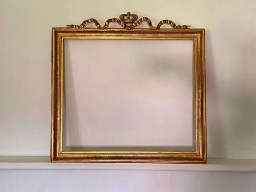 Beau cadre Louis XVI en bois doré à la feuille à couronne royale
