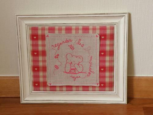 Vends un cadre en bois et en tissus rouge et gris 32cm x 37,5cm