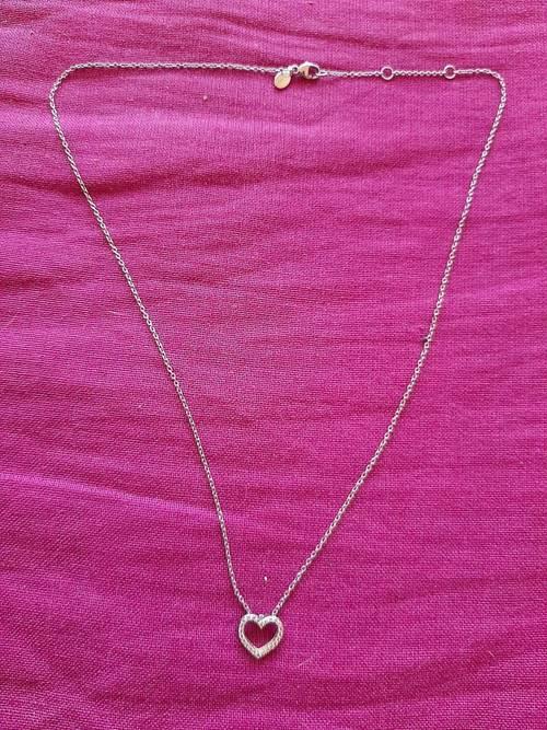 Fine chaine en or blanc et son cœur en petits diamants