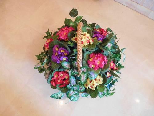 Corbeille en osier avec fleurs