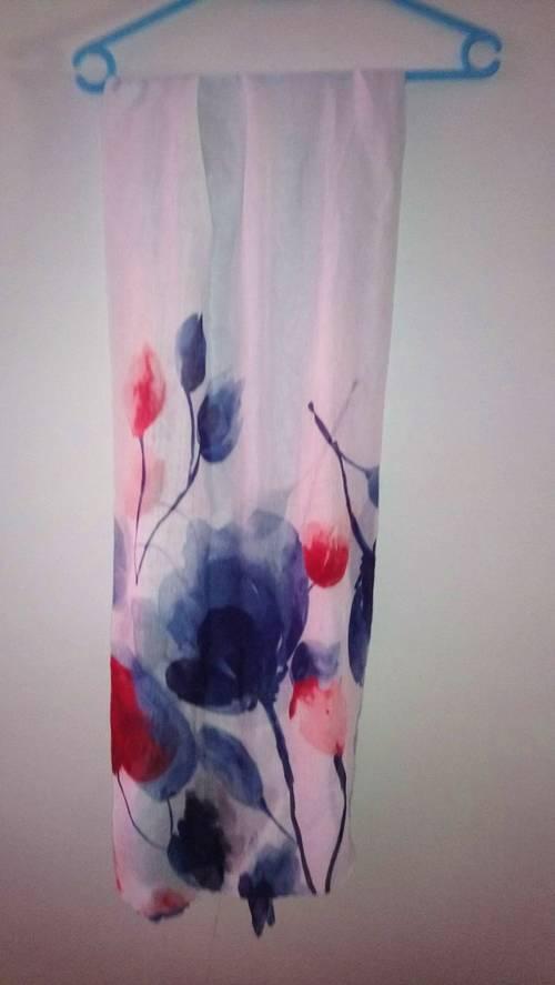 Echarpe blanche avec ses fleurs rouges et bleues