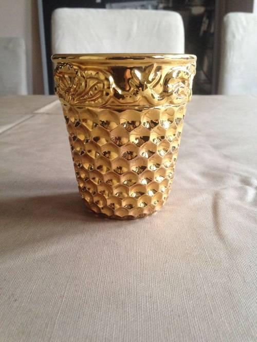 Je vends un gobelet dé de couture doré