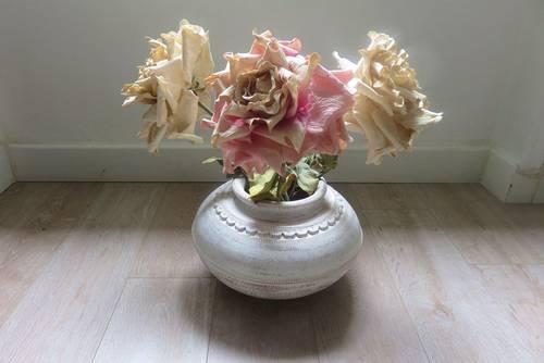 Amphore de décoration + grosses roses artificielles