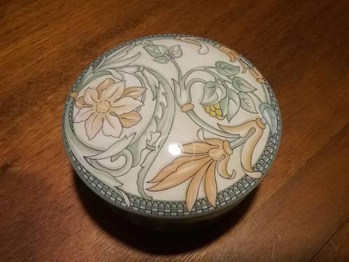Jolie boîte en porcelaine