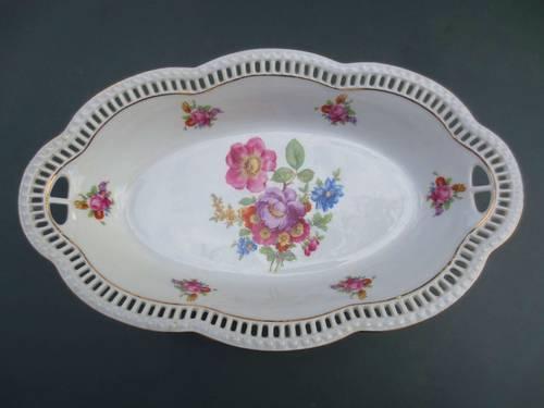 Jolie coupe ancienne en porcelaine blanche, décor floral