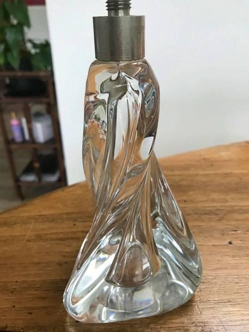 Pied de lampe torsadé en verre