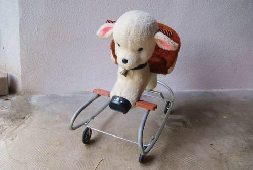 Mouton à roulettes et à bascule