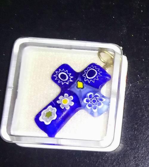 Petite croix pierre bleue