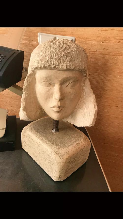Tête en pierre taillée