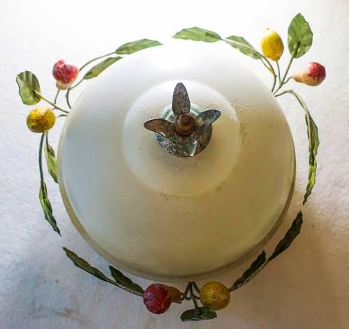 Beau plafonnier décoré de fruits, en métal peint patiné