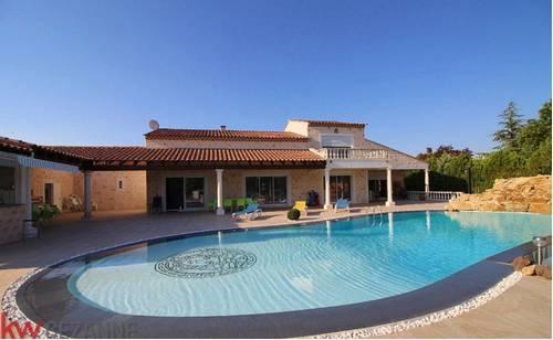 Près d'Aix en Provence maison avec 100m² de réception