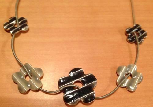 Vends ravissant collier à fleurs émaillées