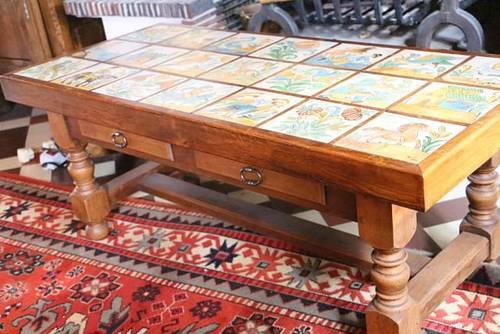 Une table basse de salon en chêne avec sur-plateau amovible carrelé de